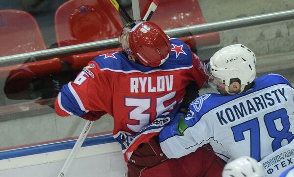 Игрок ЦСКА Яков Рылов и игрок Нефтехимика Александр Комаристый (слева направо)