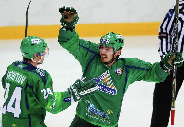 Хоккеисты Салавата Юлаева Никита Щитов (слева) и Томаш Заборски