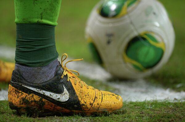 Бутса и футбольный мяч