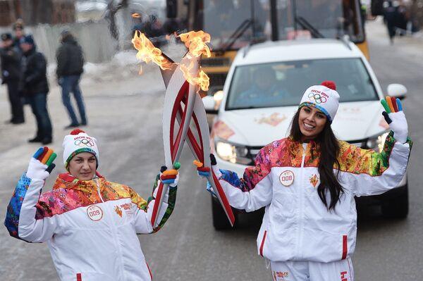 Мария Лапаева (слева) и Эльмира Абдразакова во время эстафеты