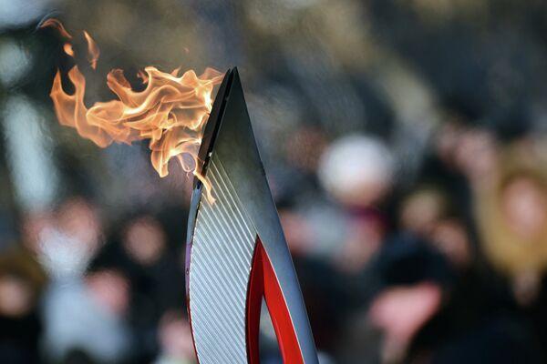 Олимпийский огонь во время эстафеты в Тюмени