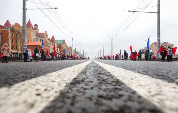 Жители города на церемонии открытия ко Дню Марий Эл Воскресенского проспекта в Йошкар-Оле