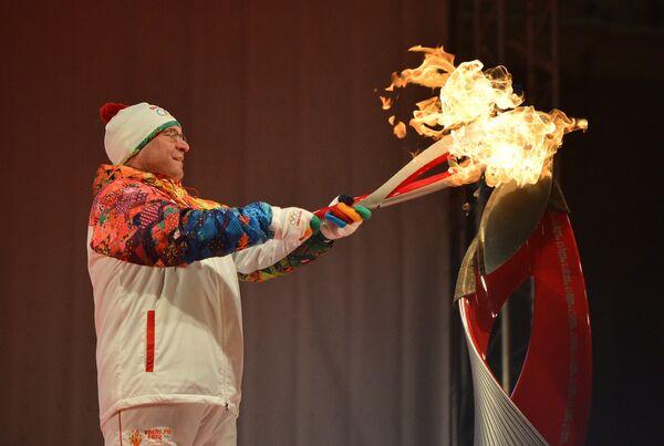 Губернатор Тюменской области Владимир Якушев во время церемонии зажжения чаши олимпийского Огня в Тюмени