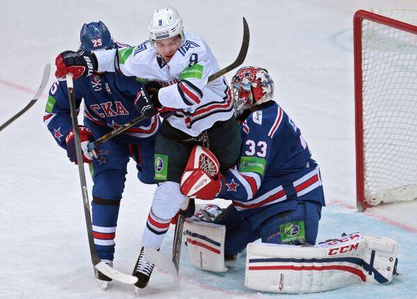 Нападающий СКА Игорь Макаров, защитник Металлурга Виктор Антипин и вратарь СКА Илья Ежов (слева направо)