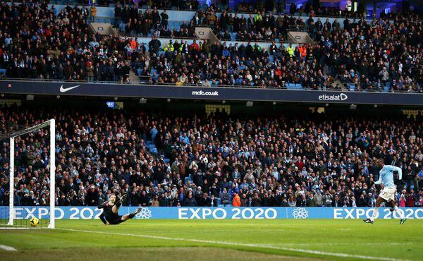Полузащитник Манчестер Сити Яя Туре забивает пенальти в ворота Арсенал