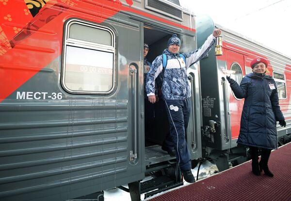 Хранитель огня во время эстафеты олимпийского огня в Челябинске