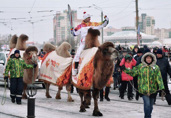 Факелоносец Виталий Гусев на верблюде