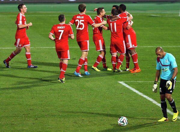Футболисты Баварии празднуют забитый мяч в ворота Раджи