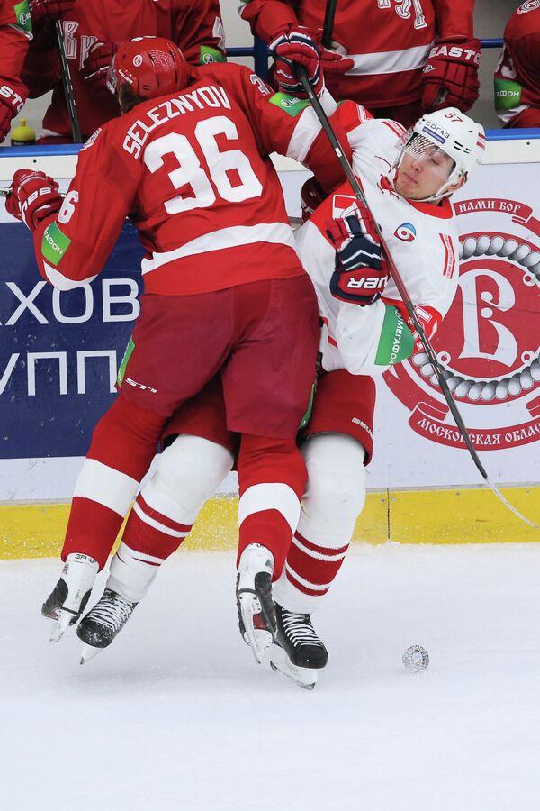 Игрок ХК Витязь Яков Селезнев (слева) и игрок ХК Спартак Николай Лемтюгов