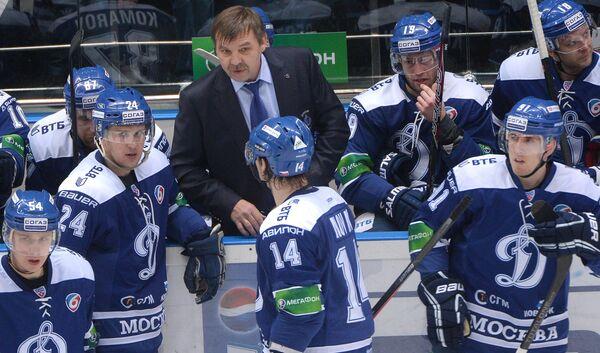 Олег Знарок (в центре) и хоккеисты Динамо