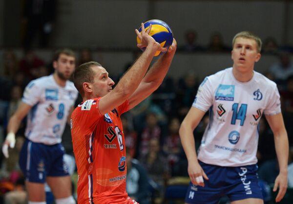 Волейболисты Динамо Артем Ермаков и Дмитрий Щербинин (слева направо)