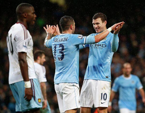 Футболисты Манчестер Сити Эдин Джеко и Александр Коларов (справа налево)