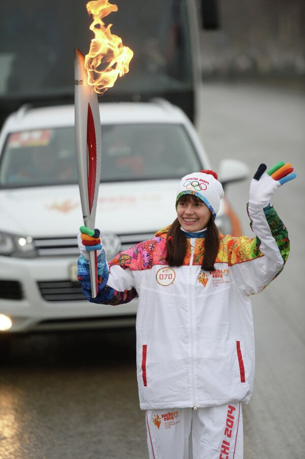 Факелоносец Елена Лашманова во время эстафеты олимпийского огня в Саранске