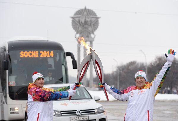 Факелоносцы Евгений Морозов и Владимир Кукоев (справа)