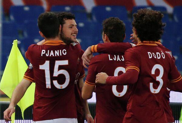 Футболисты Ромы празднуют гол