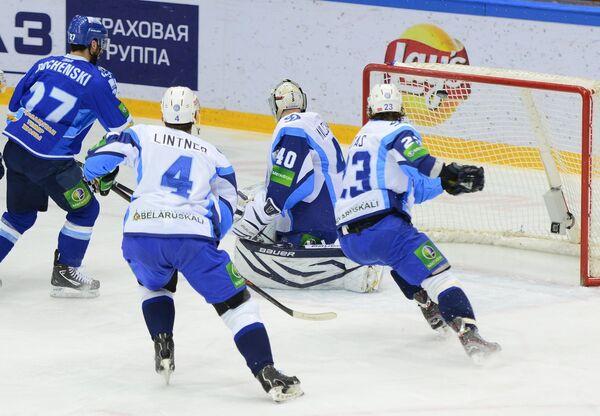 Игровой момент матча Барыс - Динамо (Минск)