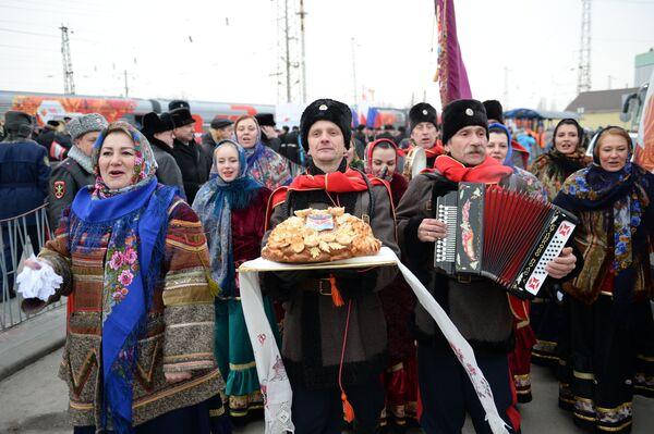 Торжественная церемония встречи олимпийского огня на железнодорожном вокзале в Новочеркасске