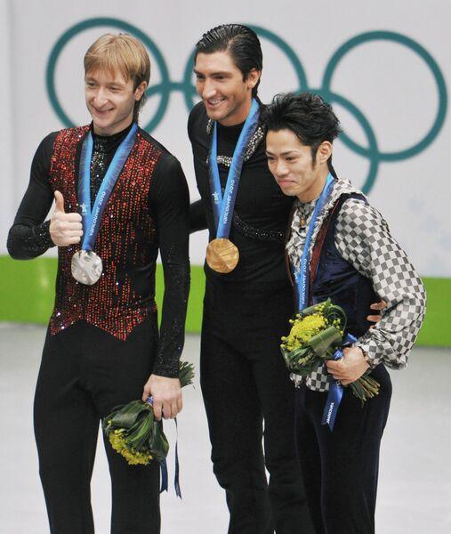 Евгений Плющенко (Россия, серебро), Эван Лайсачек (США, золото), Дайсуке Такахаси (Япония, бронза) во время церемонии награждения. Ванкувер-2010