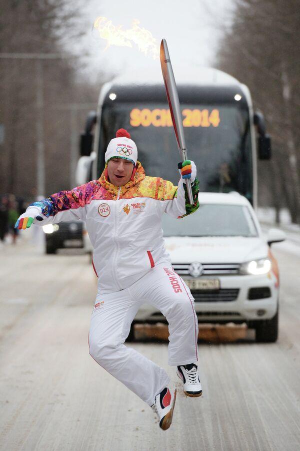 Факелоносец Алексей Дудченко во время эстафеты олимпийского огня в Ростове-на-Дону