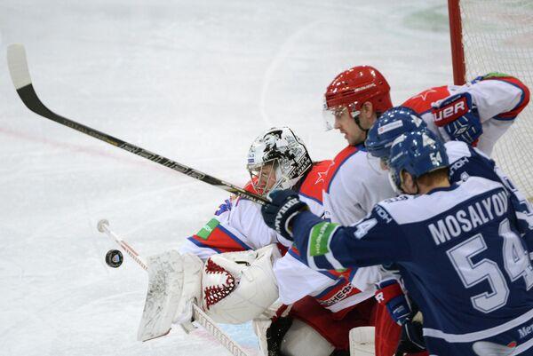 Вратарь ЦСКА Джефф Гласс (на дальнем плане) и нападающий Динамо Денис Мосалев