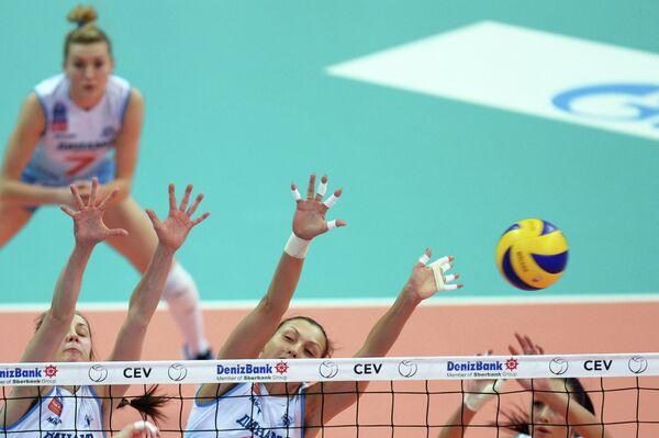 Волейболистки московского Динамо Вера Ветрова, Ольга Житова и Наталия Обмочаева (слева направо)