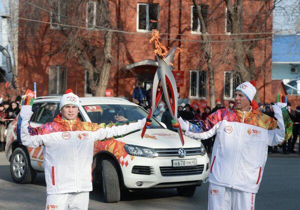 Андрей Тюменцев (справа) и факелоносец Анатолий Мухин