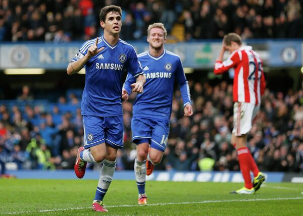 Полузащитник Челси Оскар (крайний слева) радуется забитому мячу в ворота Стоука