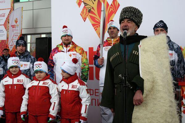 Рамзан Кадыров (второй слева) и Бувайсар Сатиев (третий справа)