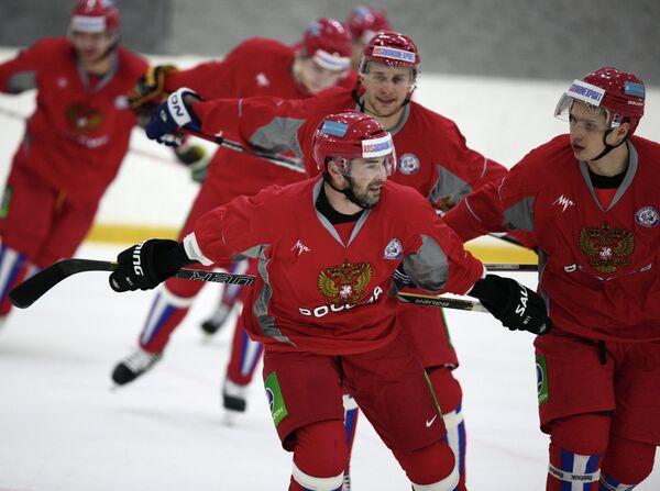 Хоккеисты сборной России Вадим Шипачев и Александр Попов (справа налево на первом плане) и Илья Каблуков (на втором плане)