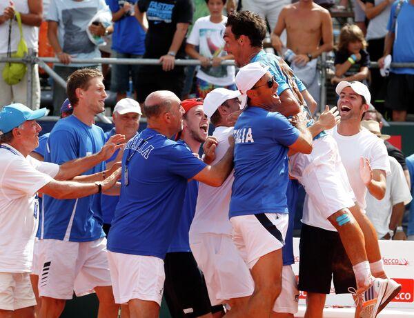 Теннисисты сборной Италии празднуют победу над аргентинцами в Кубке Дэвиса