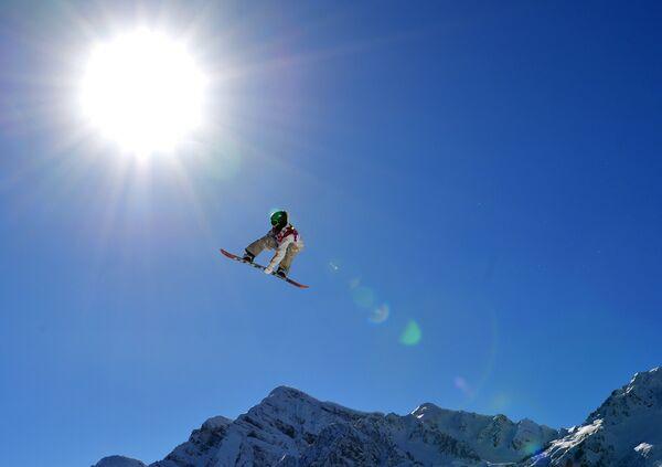 Спортсмен на тренировке национальных сборных по сноуборду в дисциплине слоупстайл