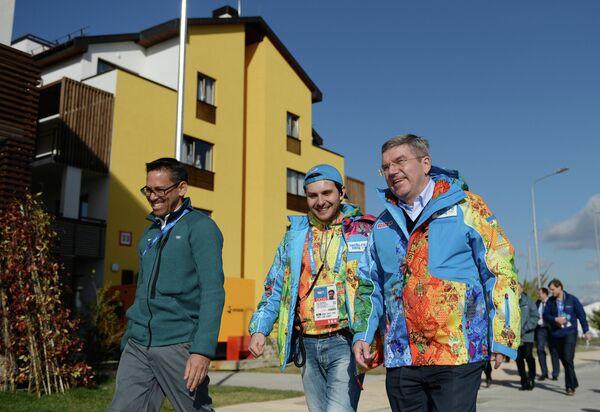 Томас Бах (справа) во время посещения олимпийской деревни в Сочи