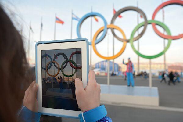 Зрители прибывают на церемонию открытия XXII зимних Олимпийских игр