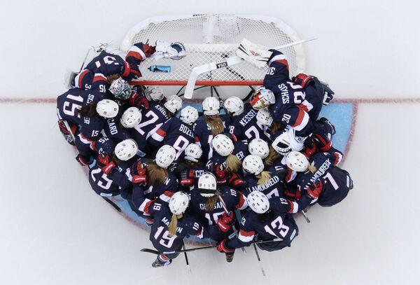 Хоккеистки сборной США перед началом матча группового этапа против женской сборной Финляндии