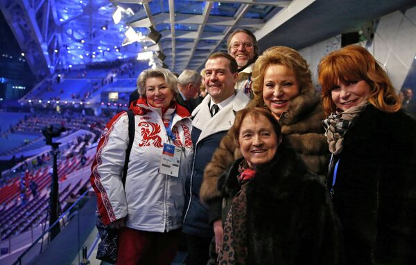 Валентина Матвиенко (вторая справа)