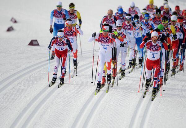 Лыжники на дистанции в скиатлоне