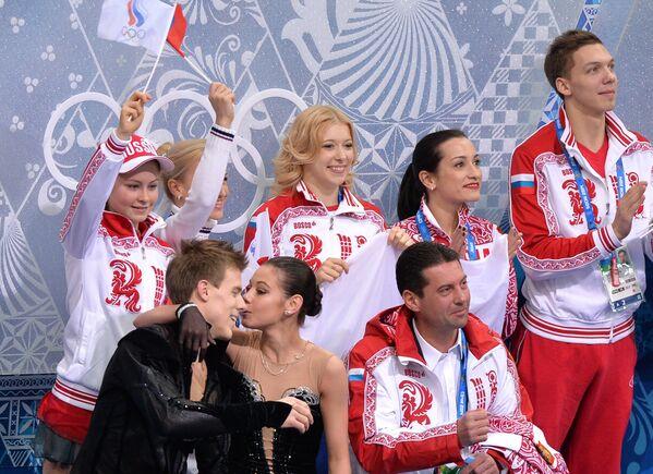 Российские фигуристы Елена Ильиных и Никита Кацалапов (слева направо) после выступления в произвольной программе танцев на льду