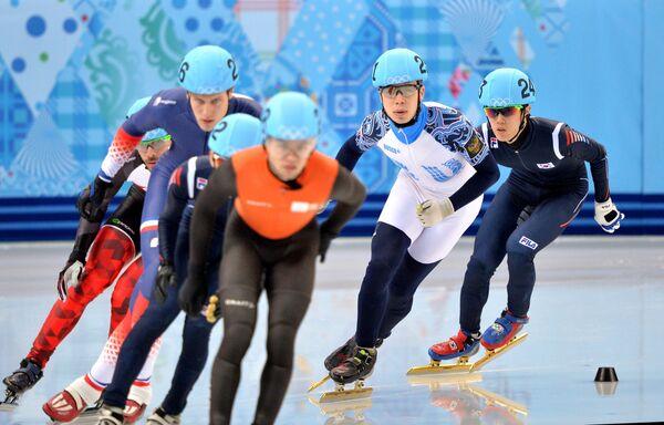 Семен Елистратов (второй справа) в забеге финала Б на 1500 м