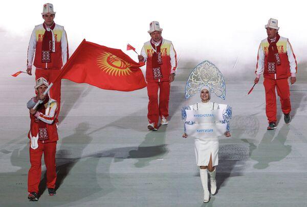 Знаменосец сборной Киргизии Дмитрий Трелевский