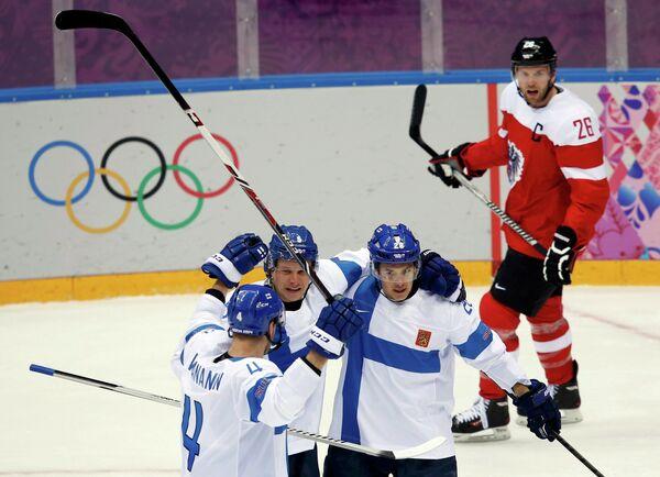 Финские хоккеисты и капитан австрийской сборной Томас Ванек (крайний справа)