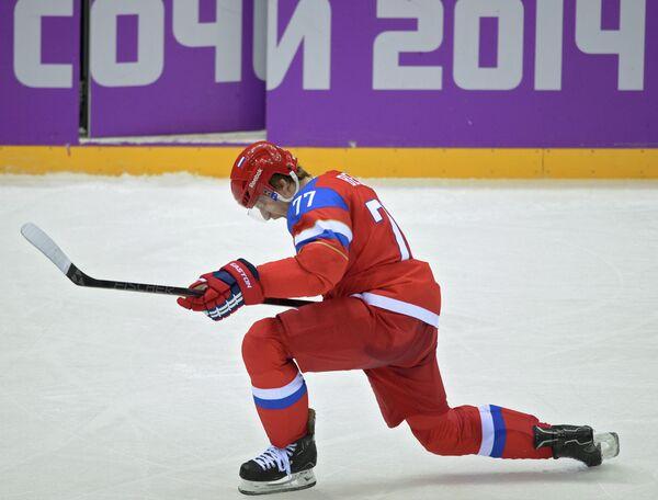 Нападающий сборной России по хоккею Антон Белов радуется заброшенной шайбе
