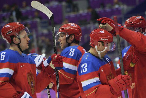Хоккеисты сборной России празднуют победу