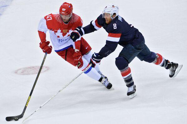 Нападающий российской сборной Александр Радулов и форвард сборной США Джо Павелски (слева направо)