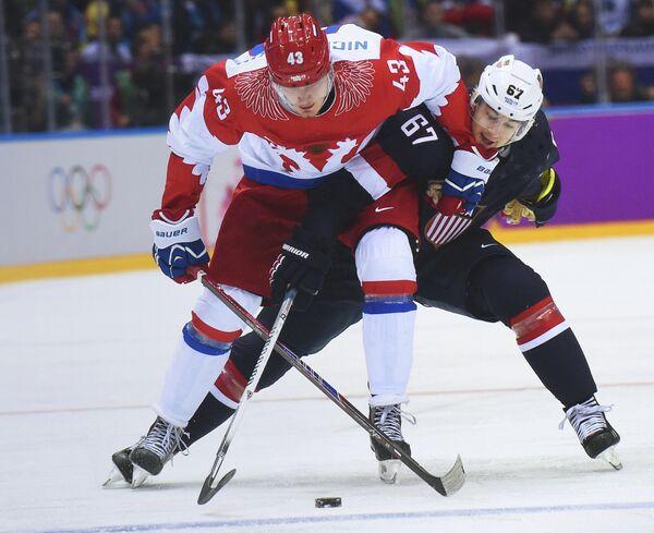 Форвард сборной России по хоккею Валерий Ничушкин и нападающий американской сборной Макс Пачиоретти (слева направо)