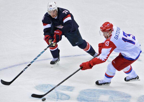 Нападающий сборной США по хоккею Ти Джей Оши и форвард россиян Павел Дацюк (слева направо)