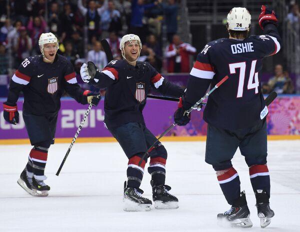Хоккеисты сборной США Пол Штястны, Райан Кэллахан и Ти Джей Оши (слева направо) радуются победе над командой России