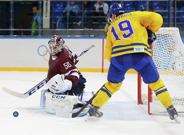 Голкипер сборной Латвии Кристерс Гудлевскис и форвард сборной Швеции Никлас Бекстрём (слева направо)