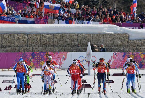 Спортсмены на старте эстафеты в соревнованиях по лыжным гонкам