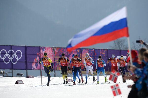 Спортсмены на дистанции эстафеты в соревнованиях по лыжным гонкам среди мужчин на XXII зимних Олимпийских играх в Сочи