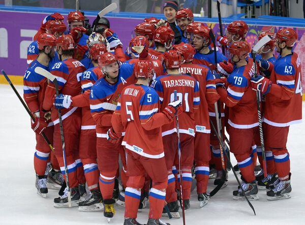 Хоккеисты сборной России радуются победе над словаками